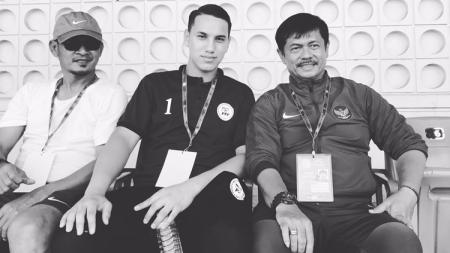 Indra Sjafri dan penjaga gawang Filipina, Quincy Julian Kammeraad menyaksikan pertandingan bersama-sama. - INDOSPORT