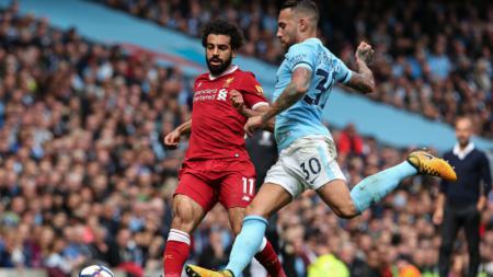 Gelandang serang Liverpool, Mohamed Salah (kiri) saat berduel dengan bek Man City, Nicolas Otamendi dalam pertandingan di Liga Primer Inggris. - INDOSPORT
