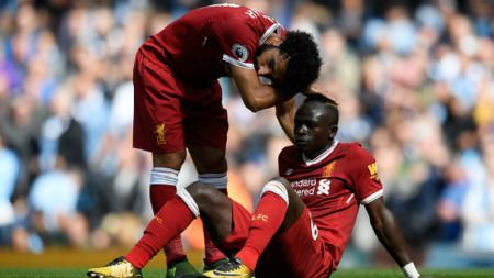 Sadio Mane ditenangkan oleh Mohamed Salah, pasca menerima kartu merah. - INDOSPORT