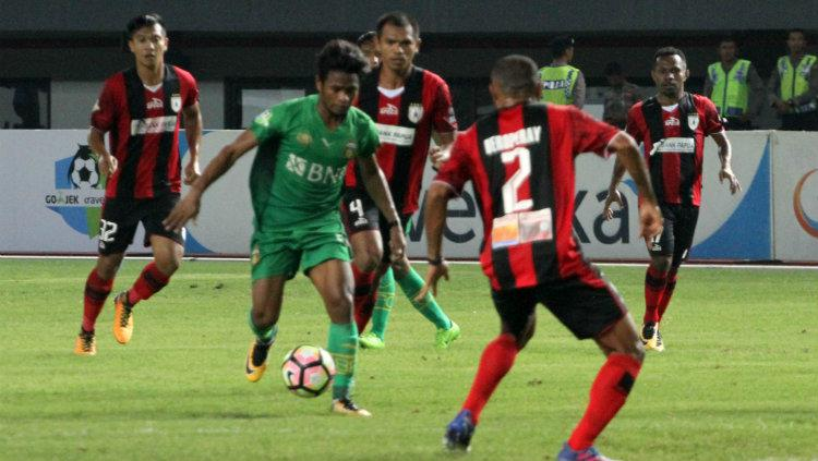 Ilham Udin Armayn di Tengah Kepungan Pemain Persipura. Copyright: Bhayangkara FC