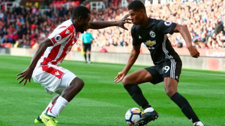 Marcus Rashford saat mencoba melewati hadangan pemain Stoke City. - INDOSPORT