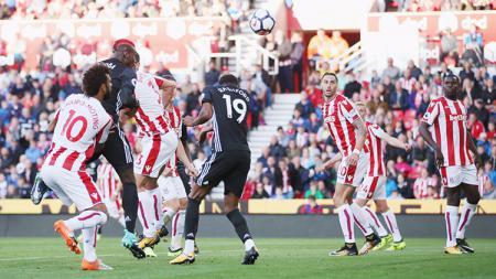 Sundulan Paul Pogba yang menyentuh Marcus Rashford berbuah gol. - INDOSPORT