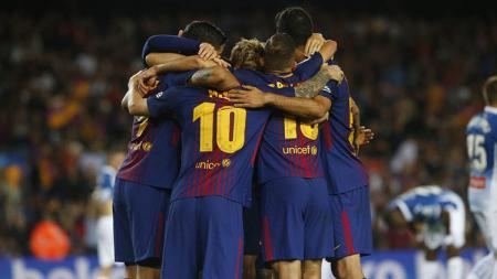 Para pemain Barcelona merayakan gol yang dicetak Lionel Messi. - INDOSPORT