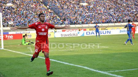 Selebrasi Vendry Mofu usai menjebol gawang Persib Bandung. - INDOSPORT