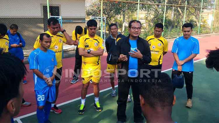 Dirut PT KSSP, Iskandar Lubis ikut datang langsung ke Bandung. Copyright: Indosport/Taufik Hidayat