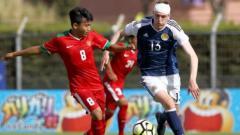 Indosport - Witan Sulaiman (kiri) saat melawan Skotlandia.