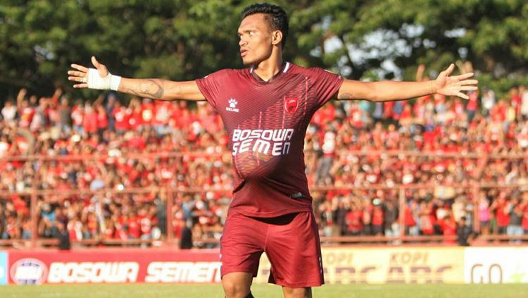 Ferdinand Sinaga cetak dua gol untuk bantu PSM Makassar beli pejaran kepada PS TNI. Copyright: PT LIB