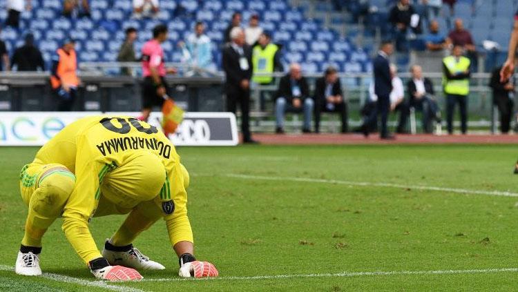 Wajah lesu Gianluigi Donnarumma usai diberondong gol oleh pemain Lazio. Copyright: Squawka News