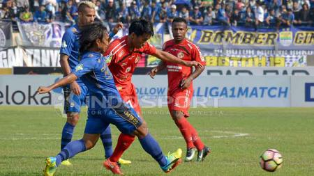 Duel lini tengah pemain Semen Padang dan Persib Bandung. - INDOSPORT