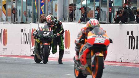 Aksi nekat Johann Zarco yang menuntun motornya hingga garis finis. - INDOSPORT