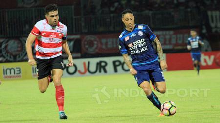 Fabiano Beltrame bermain sangat disiplin dengan memperkecil ruang gerak Juan Pablo Pino. - INDOSPORT