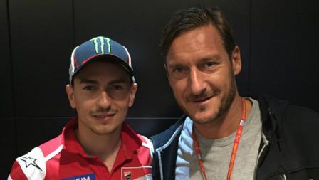 Francesco Totti kala berfoto bersama Jorge Lorenzo.