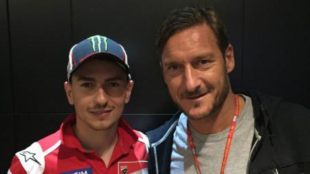 Francesco Totti kala berfoto bersama Jorge Lorenzo. - INDOSPORT