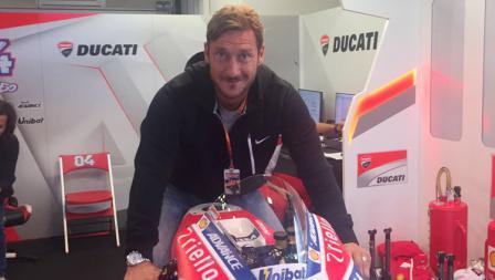 Francesco Totti saat menunggangi motor milik Andrea Dovizioso.