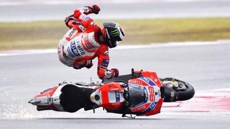 Jorge Lorenzo terjatuh pada tikungan keenam. - INDOSPORT