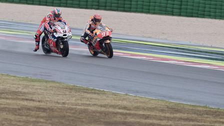Marc Marquez dan Danilo Petrucci dalam lintasan balap MotoGP San Marino.