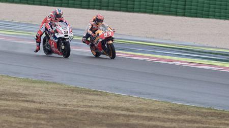 Marc Marquez dan Danilo Petrucci dalam lintasan balap MotoGP San Marino. - INDOSPORT