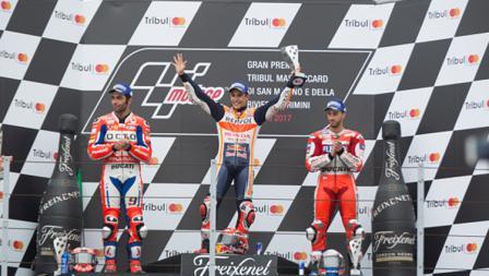 Danilo Petrucci, Andrea Dovizioso, dan Marc Marquez selebrasi di atas podium.