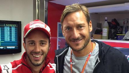 Francesco Totti kala berfoto bersama Andrea Dovizioso.