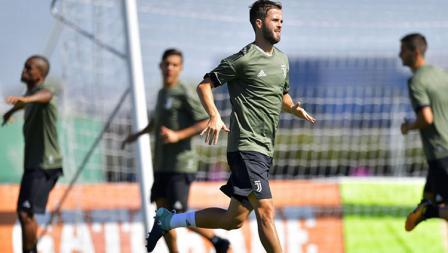 Miralem Pjanic saat mengikuti sesi latihan jelang laga Juventus vs Barcelona