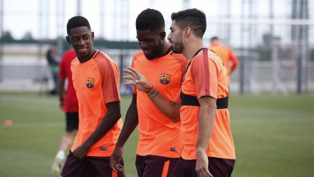 Keceriaan Luis Suarez, Samuel Umtiti, dan Ousmane Dembele di sesi latihan jelang melawan Juventus. - INDOSPORT