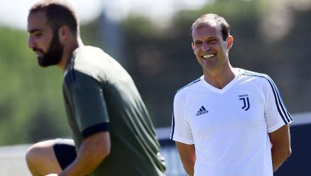 Max Allegri yang terlihat ceria di sela-sela latihan Juventus.