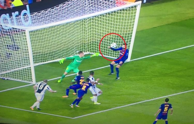 Momen ketika bola menyentuh tangan Gerard Pique di dalam kotak penalti. Copyright: Istimewa