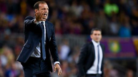 Massimiliano Allegri tampak tidak senang di pinggir lapangan, saat melawan Barcelona. - INDOSPORT
