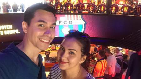 Donna Agnesia dan Darius Sinathrya, pasangan selebriti pecinta bola. - INDOSPORT