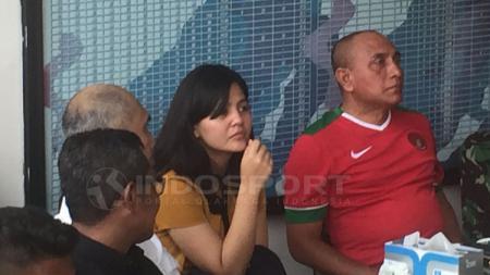 Ketua Umum PSSI, Edy Rahmaydi dan sekertarisnya Ratu Tisha nobar pertandingan Timnas U-19 di markas Kopassus. - INDOSPORT