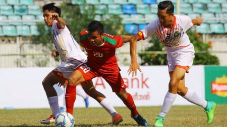 Asnawi Bahar (Timnas Indonesia U-19) mendapat kawalan ketat dari dua pemain Brunei Darussalam. - INDOSPORT