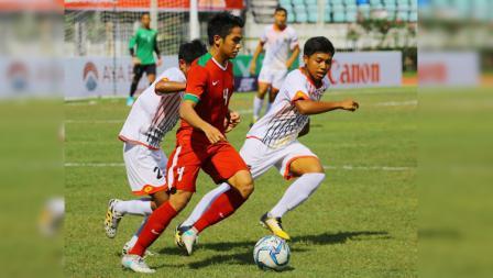 Samuel Christianson Simanjuntak dikawan ketat dua pemain Brunei Darussalam.