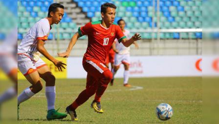 Egy Maulana Vikri (depan) berusaha mendapatkan bola dari pemain Brunei.