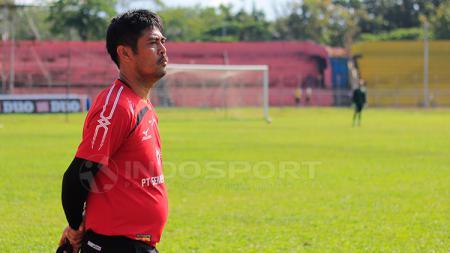 Nilmaizar saat mimpin latihan Semen Padang di Stadion H. Agus Salim, Padang. - INDOSPORT