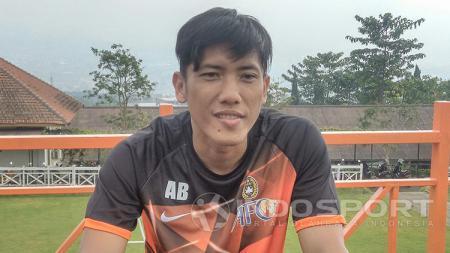 Gelandang klub Liga 1 2020, Persela Lamongan, bernama Ahmad Bustomi baru saja mendapatkan kabar gembira karena kelahiran anak ketiga. - INDOSPORT