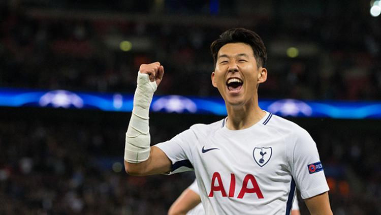 Selebrasi Son Heung-min usai mencetak gol pertama di babak Grup H Liga Champions 2017/18. Copyright: INDOSPORT