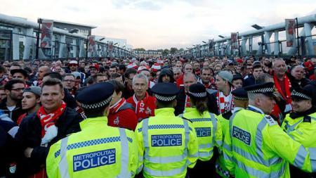 Para fans FC Koln mendapat kemanan ketat di Emirates Stadium, markas Arsenal. - INDOSPORT