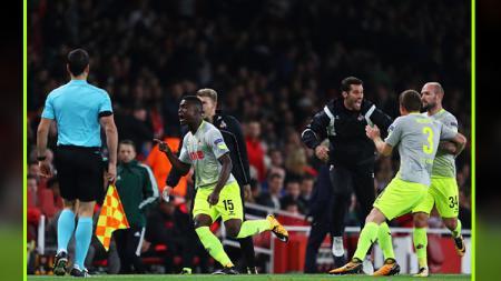 Striker FC Koln, Jhon Cordoba (nomor 15) memberikan keunggulan untuk timnya atas Arsenal di babak pertama. - INDOSPORT