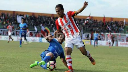 Duel antara pemain Persepam Madura Utama (kanan) vs PSIM Yogyakarta. - INDOSPORT