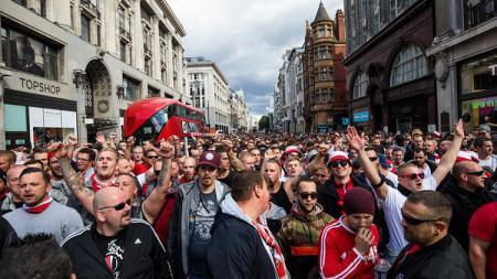 Kericuhan suporter sebelum laga Arsenal vs FC Koln. - INDOSPORT