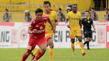 Situasi pertandingan antara Semen Padang vs Bhayangkara FC. - INDOSPORT