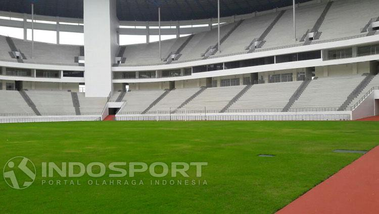 Kondisi lapangan Stadion Batakan yang disebut berkualitas internasional. Copyright: Indosport/Teddy Rumengan