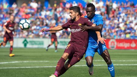 Klub sepak bola Serie A Italia, AS Roma, kabarnya tengah mengincar pemain dari klub LaLiga Spanyol, Getafe, yang bernama Djene Dakonam (biru). - INDOSPORT