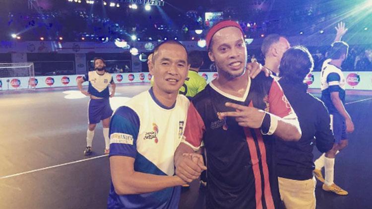 Kurniawan Dwi Yulianto melakukan pertandingan futsal dengan legenda Barcelona, Ronaldinho. Copyright: Instagram @kurniawanqana