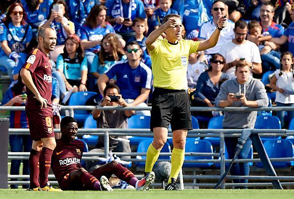 Ousmane Dembele alami cedera hamstring saat lakoni pertandingan kontra Getafe. Copyright: INDOSPORT