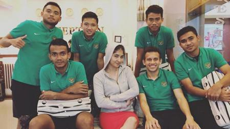 Fiona Fachru Nisa (tengah) foto bersama penggawa Timnas U-19. - INDOSPORT