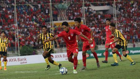 Pemain Myanmar saat mengontrol bola melawan Malaysia. - INDOSPORT