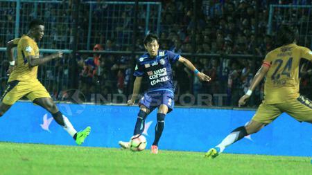Syaiful Indra Cahya (Arema FC) tengah mengeksekusi bola saat melawan Persib Bandung. - INDOSPORT