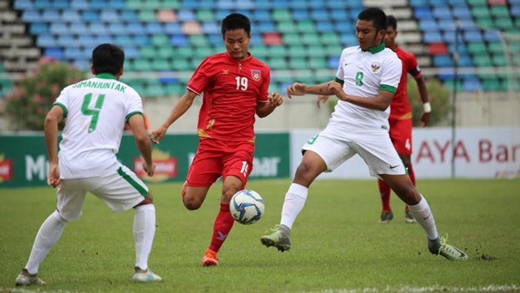 Rafli Nursalim dan Samuel Christianson Simanjuntak tengah menghalau pemain Myanmar. Copyright: PSSI