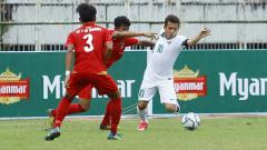Indosport - Egy Maulana Vikri (kanan) dijatuhkan pemain Myanmar.